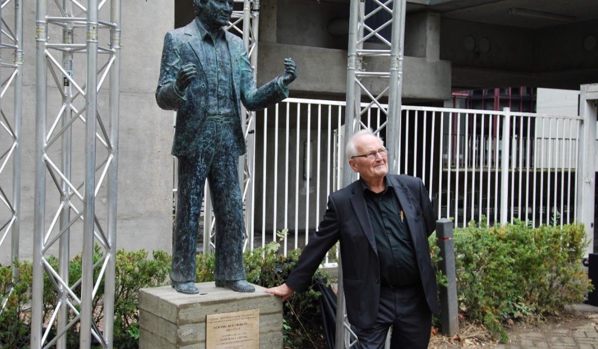 Onthulling standbeeld Heman Hertzberger.jpg